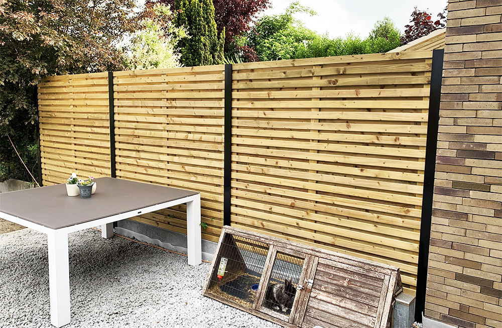 Privacy afsluiting met houten panelen en aluminium palen