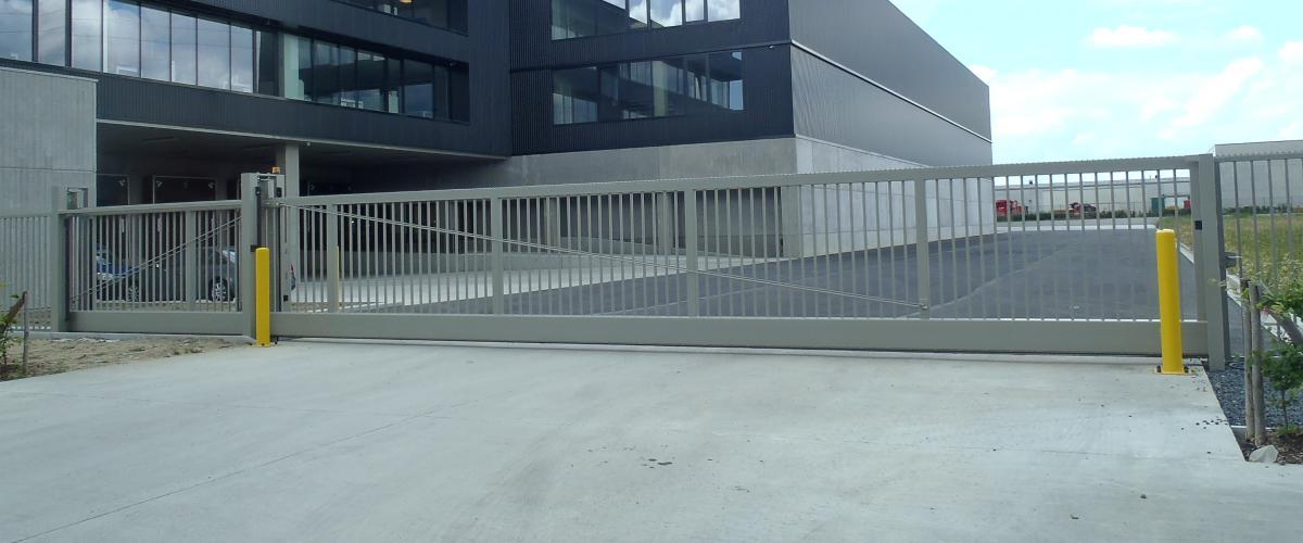 zelfdragende schuifpoort type senior Large 12 meter opening.